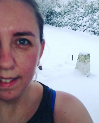 Fit.nu træningen blev overstået og jeg måtte ud på terrassen og køle af 😂 #hotandcold #snow #blivfitnu #fit.nu #sweatingitout